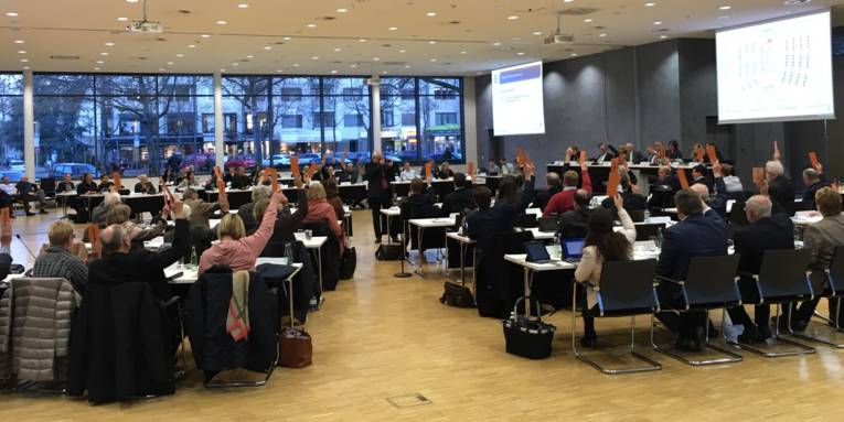 Ein Sitzungssaal mit vielen Menschen